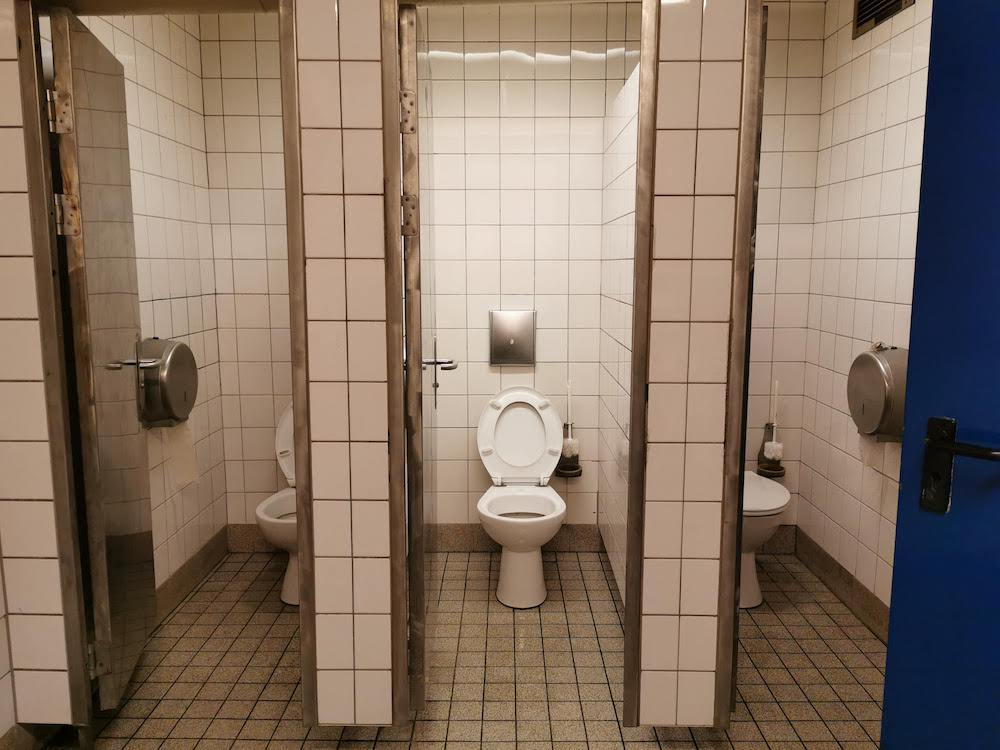 Auf toilette sex öffentlicher Toilette