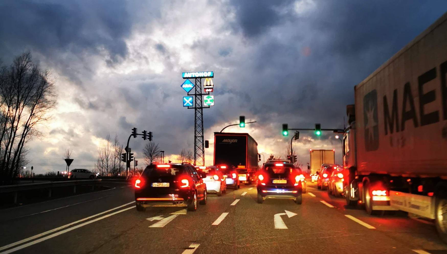 Gay Trucker: Schwuler Fernfahrer-Sex im LKW an Autobahn
